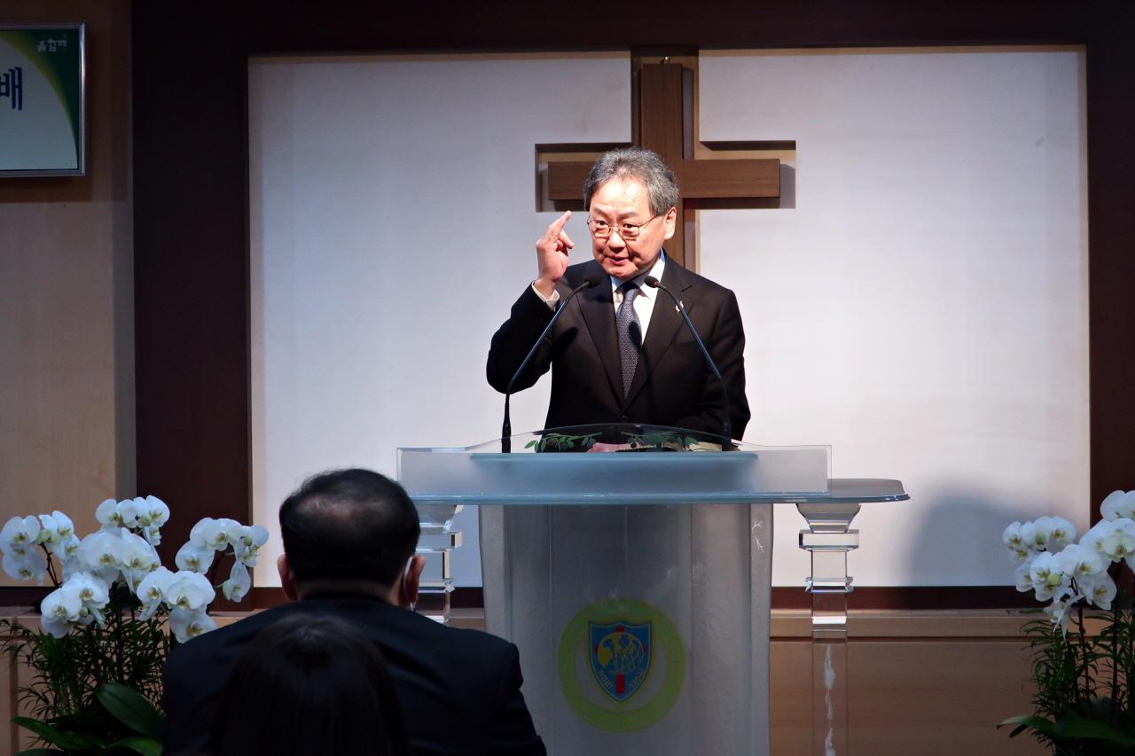 말씀을 전하고 있는 김정석 감독
